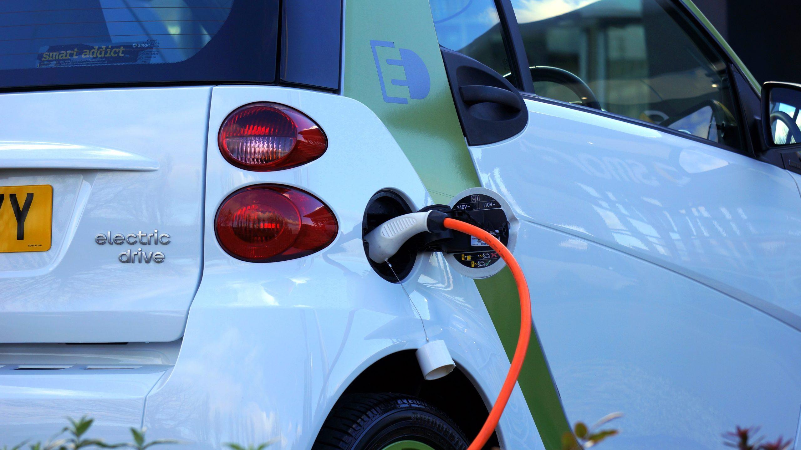 Hoe laat je een elektrische auto op?